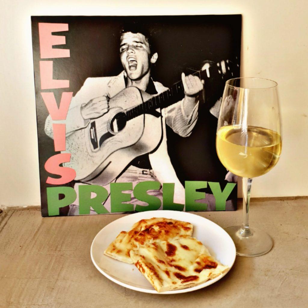 Un calice di Pigato, la focaccia di Recco e l'album di Elvis