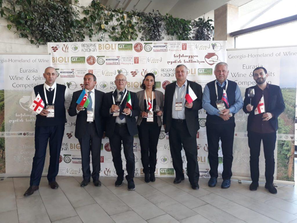 Enzo Giorgi, terzo da sinistra, ritira il premio della Baia del Sole