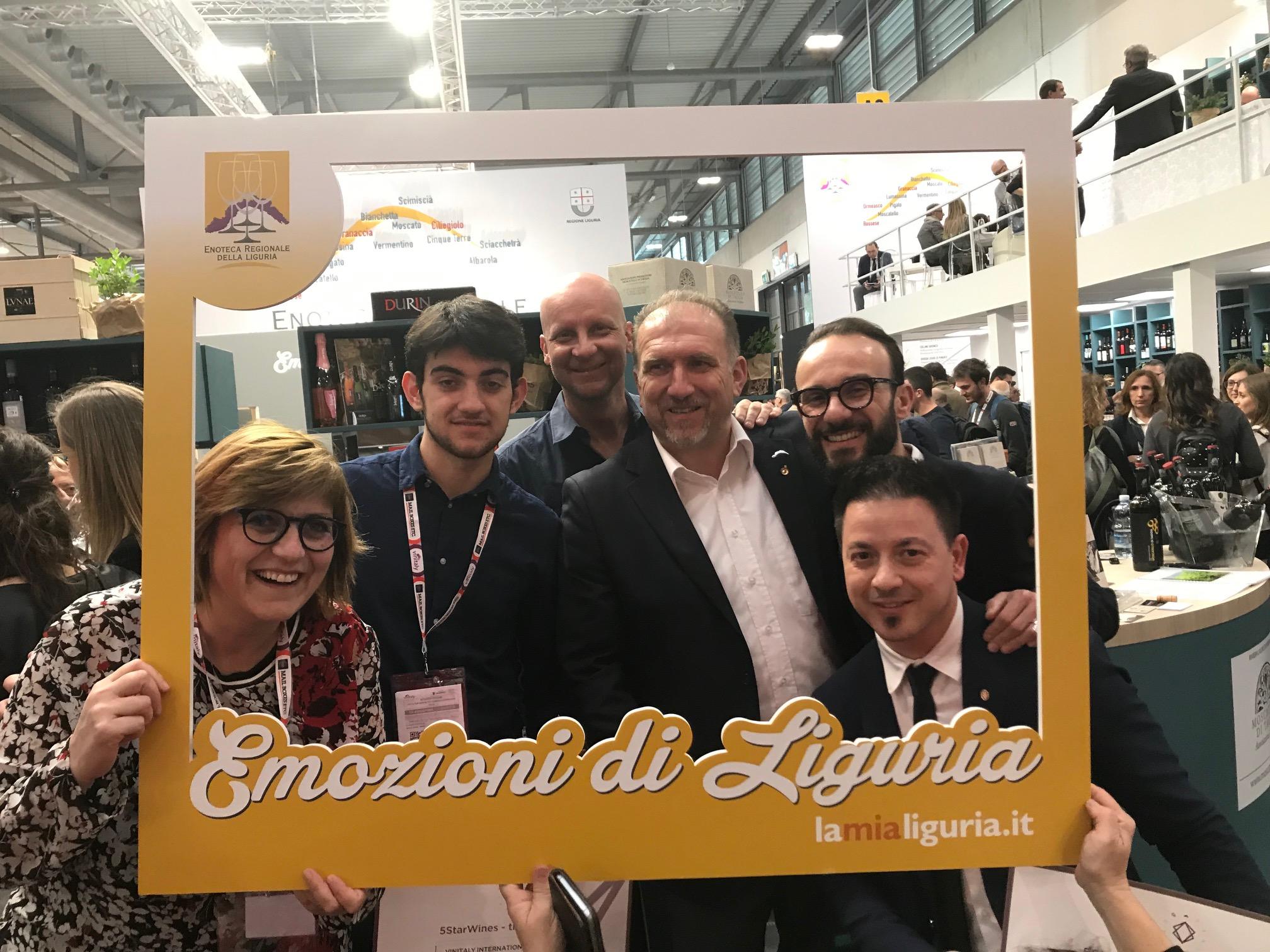 I vincitori in una simpatica immagine che riprende lo slogan di Enoteca a Vinitaly 2019