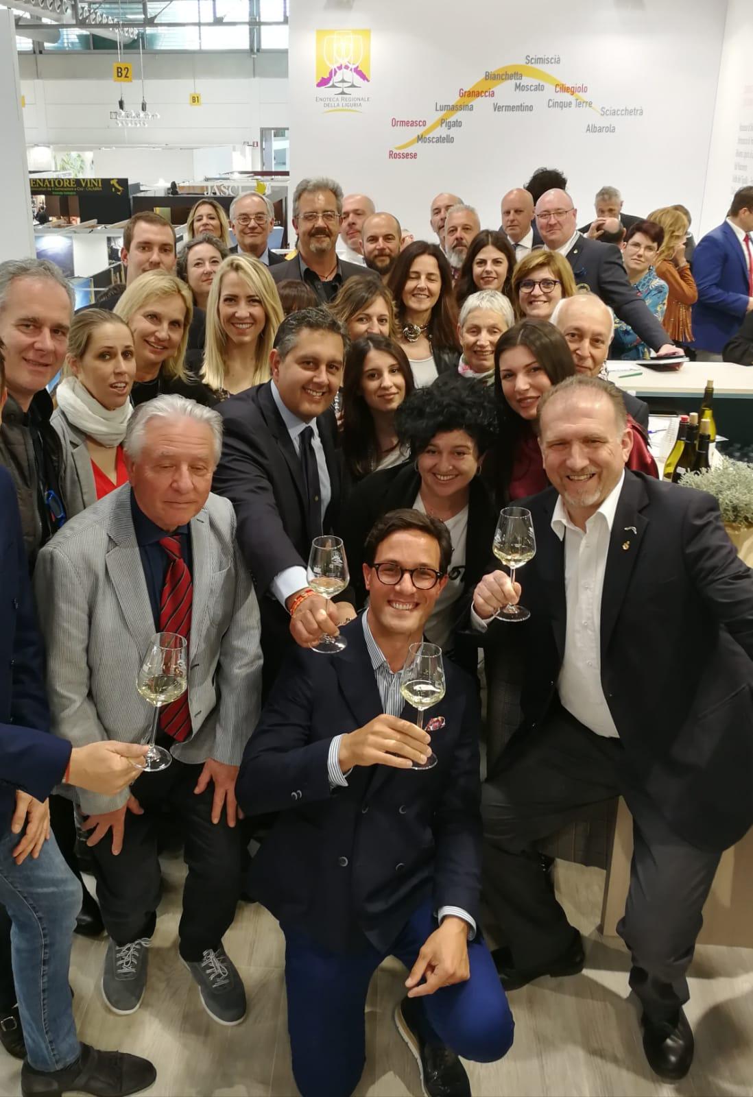 Il Presidente Toti con i produttori della Liguria per una foto di gruppo