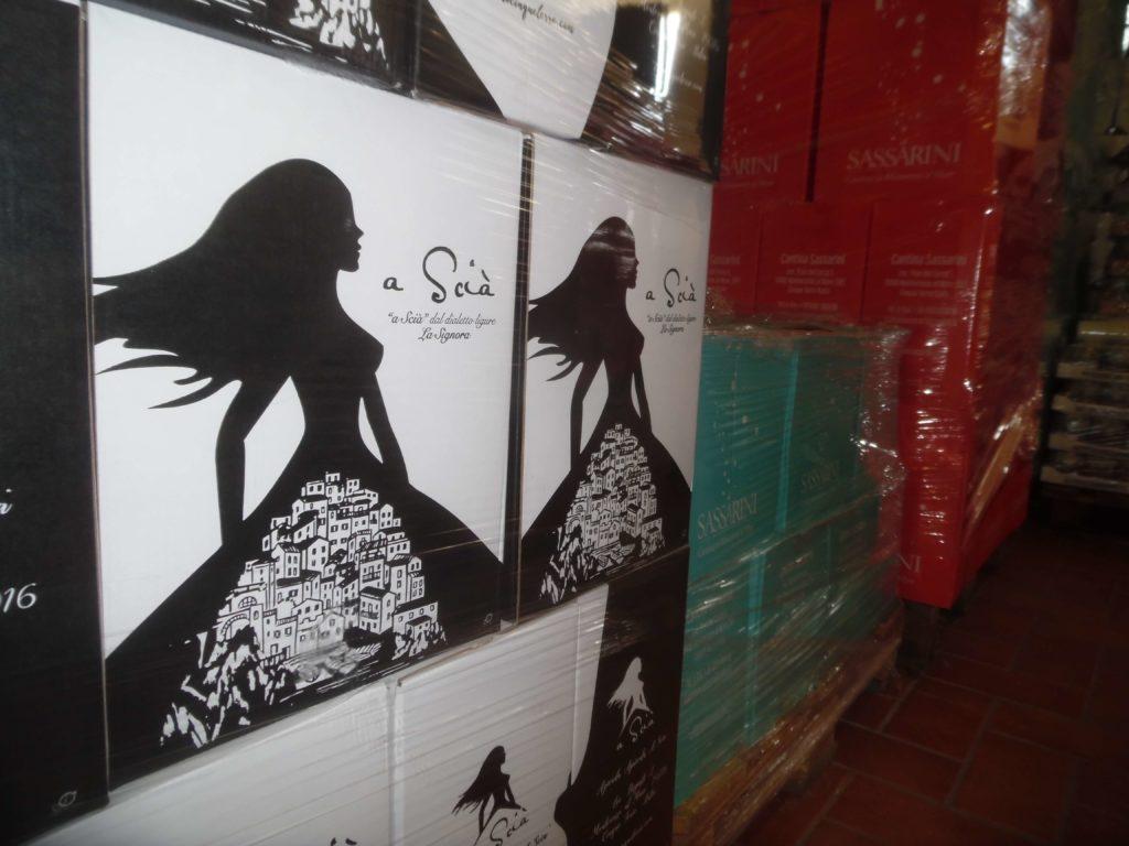 Il primo piano dei cartoni dei vini aziendali