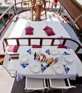 Una tavola apparecchiata a bordo di una delle golette di AYT