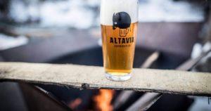 Un bicchiere con il logo dell'Agribirrifcio Altavia