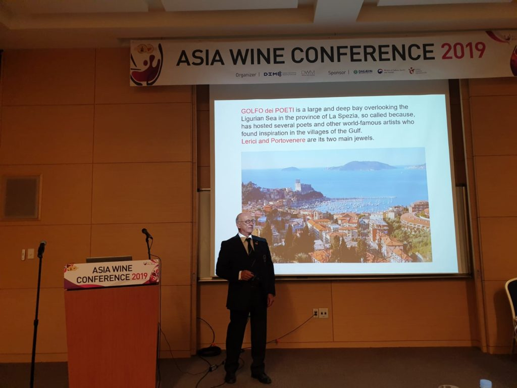 Enzo Giorgi alla conferenza sui luoghi di Liguria
