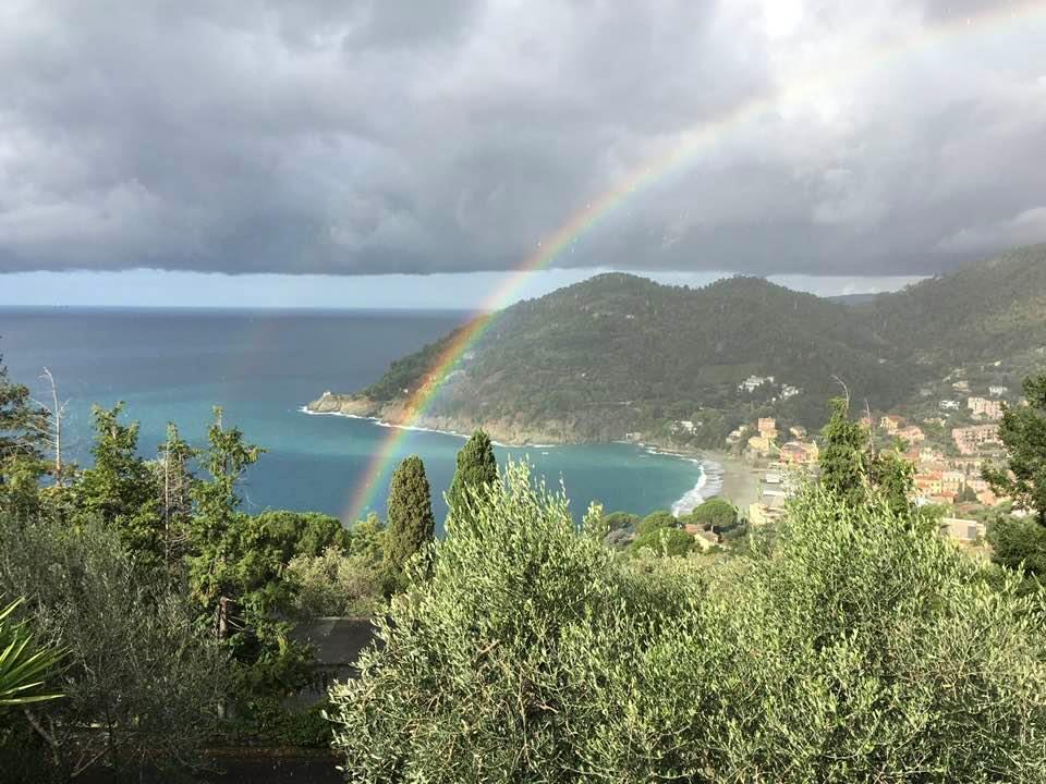 Un arcobaleno sopra la spiaggia di Bonassola